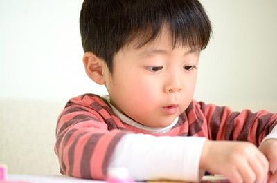 小学校低学年の子どもにとって テーマ選びからまとめまでをすべて1人でやり遂げるのは なかなか難しいものです。