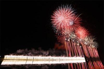 初回開催時の名称は「納涼諏訪湖花火大会」で、見物人は5万人