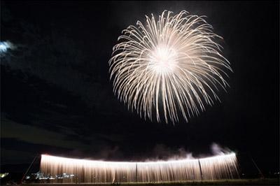 ダイナミックな打ち上げ花火の美しさと、身体に響く迫力の音
